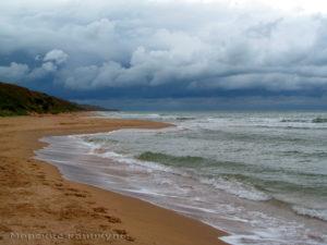 Пляж опустел
