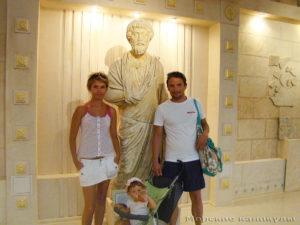 Молодая семья на экскурсии в Анапе